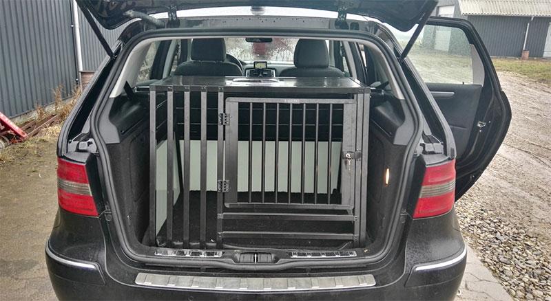 b-Safe XL Wide PRO med trin - stort transport hundebur i Mercedes B180 2009