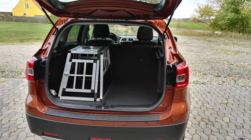 Lille transportbur til hund i bilen - SafeCrate Xtra Small Premium i Suzuki S-Cross 2016